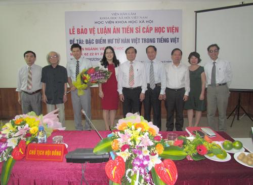Nghiên cứu sinh Đỗ Phương Lâm chụp ảnh lưu niệm cùng Hội đồng chấm luận án tiến sĩ cấp Học Viện